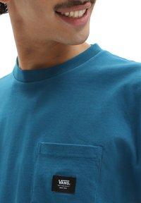 Vans - MN WOVEN PATCH POCKET M - Print T-shirt - moroccan blue - 2