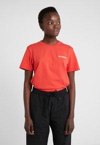Han Kjobenhavn - CASUAL TEE - T-shirts basic - red - 0