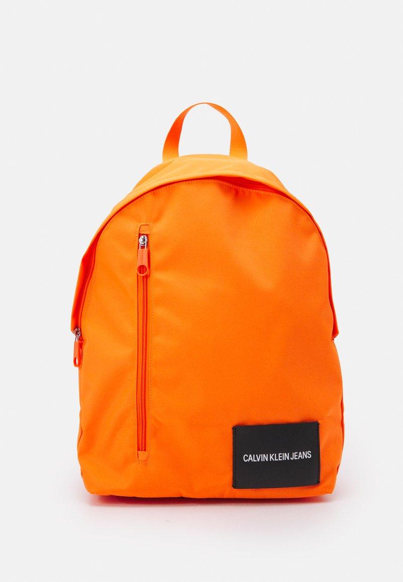 Calvin Klein Jeans - ROUND FRONT ZIP UNISEX - Sac à dos - vivid orange