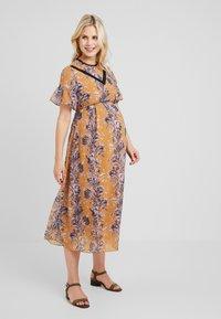 Hope & Ivy Maternity - FLORAL SHORT SLEEVE DRESS - Maxi šaty - orange - 0