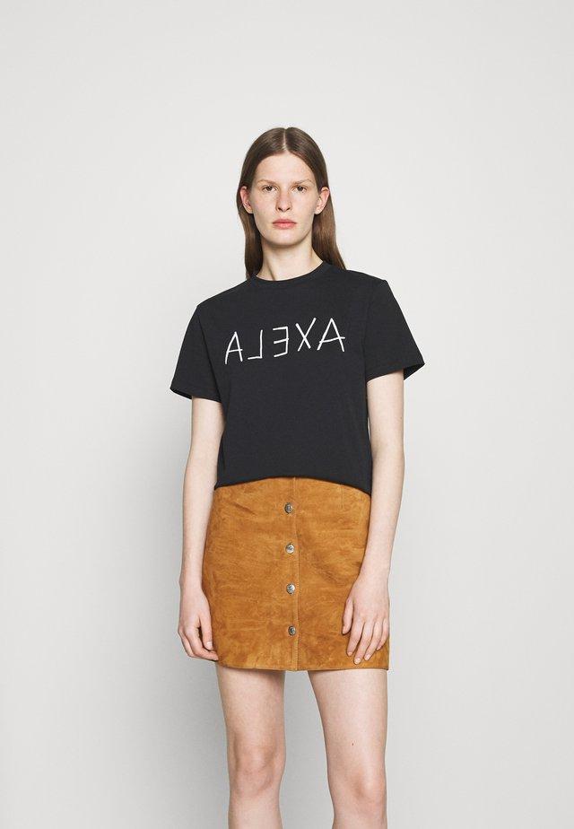 ALEXA BOXY TEE - Triko spotiskem - black
