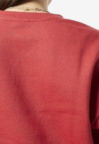 Reebok - TRAINING ESSENTIALS LOGO CREW SWEATSHIRT - Sweatshirts - rebel red - 4