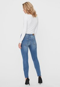 Vero Moda - VMTANYA  - Jeans Slim Fit - medium blue denim - 2