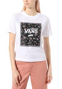 Vans - WM BOXED IN BOXY - Print T-shirt - white - 0