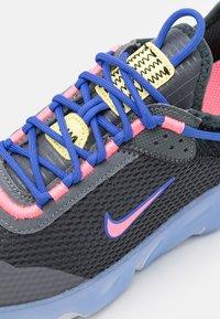 Nike Sportswear - REACT LIVE UNISEX - Matalavartiset tennarit - dark smoke grey/sunset pulse/smoke grey/sapphire - 5