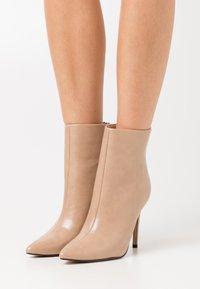 BEBO - BENTLEE - High Heel Stiefelette - beige - 0