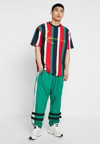 Karl Kani - SIGNATURE TEE - Camiseta estampada - navy/red/green/white - 1