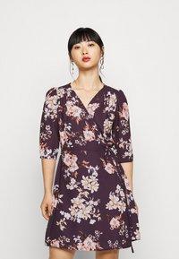 True Violet Petite - WRAP MINI DRESS WITH TIE WAIST - Denní šaty - burgundy - 0