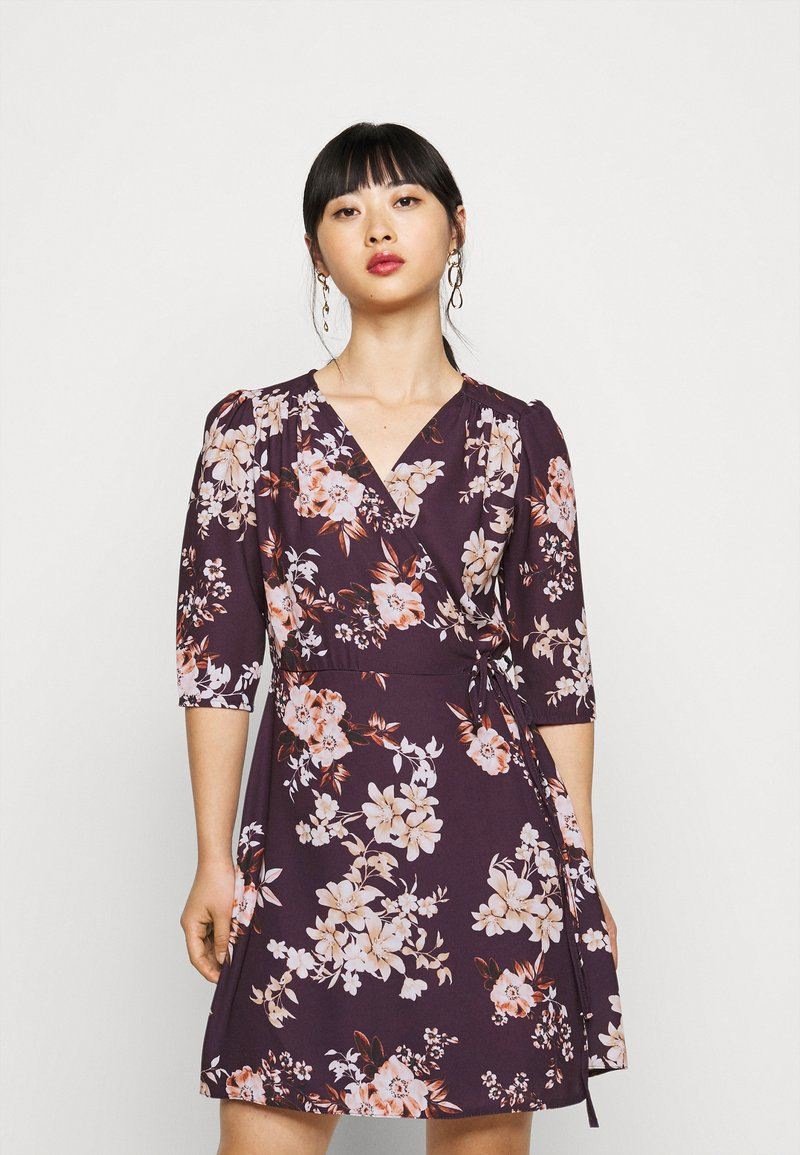 True Violet Petite - WRAP MINI DRESS WITH TIE WAIST - Denní šaty - burgundy