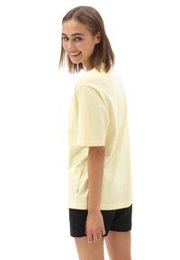 Vans - WM POCKET V - Basic T-shirt - mellow yellow - 1