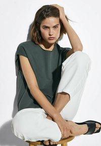 Massimo Dutti - MIT WELLENDETAIL - Basic T-shirt - khaki - 2