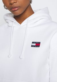 Tommy Jeans - BADGE HOODIE - Sweat à capuche - white - 4