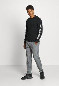 Jack & Jones - JCOMITCH CREW NECK - Sweatshirt - black - 1