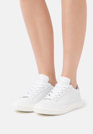 BLABBER - Sneakers laag - moxie/bianco