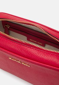 MICHAEL Michael Kors - JET SET CAMERA BAG - Sac bandoulière - bright red - 3