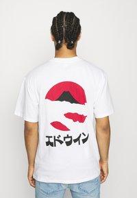 Edwin - KAMIFUJI UNISEX - Print T-shirt - white - 2