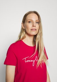Tommy Hilfiger - CREW NECK GRAPHIC TEE - Printtipaita - ruby jewel - 3