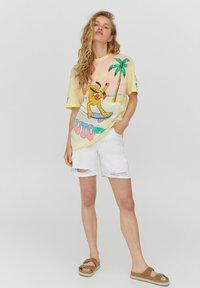 PULL&BEAR - PLUTO - Print T-shirt - yellow - 1