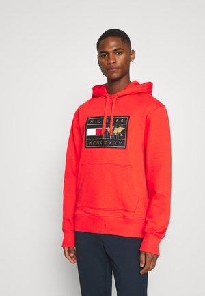 ICON EARTH BADGE HOODIE - Sweatshirt - daring scarlet