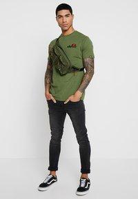 Ellesse - VOODOO - T-shirt imprimé - dark green - 1