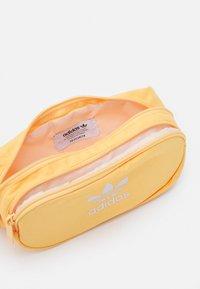 adidas Originals - ESSENTIAL UNISEX - Bæltetasker - hazy orange - 2