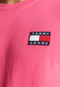 Tommy Jeans - BADGE TEE  - T-shirt basic - bright cerise pink - 5