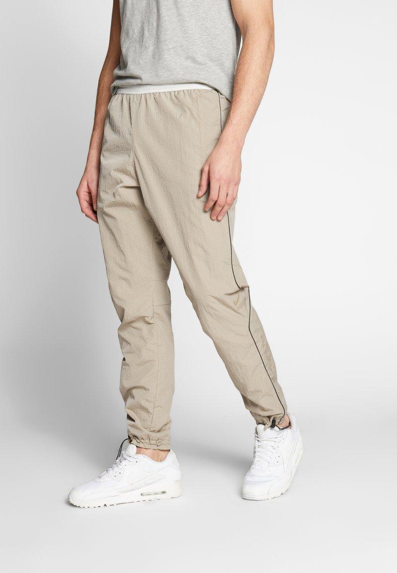 Nike Sportswear - Teplákové kalhoty - khaki/light bone