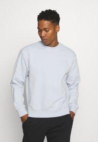 adidas Originals - CREW UNISEX - Sweatshirt - halo blue - 0