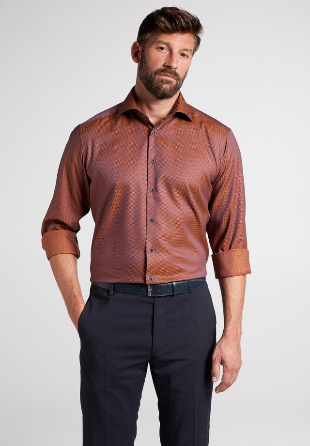 COMFORT FIT - Shirt - marine/rostrot