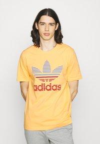adidas Originals - TREF OMBRE UNISEX - Print T-shirt - hazy orange - 0