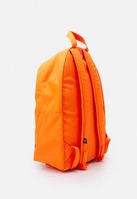 Calvin Klein Jeans - ROUND FRONT ZIP UNISEX - Sac à dos - vivid orange - 1