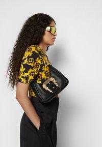 Versace Jeans Couture - BUCKLE SHOULDER BAG - Taška spříčným popruhem - nero - 0