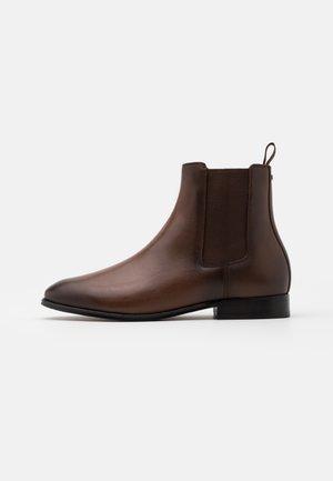 METROPOLITAN CHELSEA BOOT - Kotníkové boty - saddle