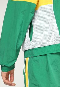 Nike Performance - NBA BOSTON CELTICS COURTSIDE TRACKSUIT - Pelipaita - clover/amarillo/white - 6