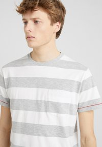 HKT by Hackett - BLOCK TEE - Triko s potiskem - white/grey - 4