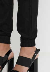 Missguided - PLAIN CARGO TROUSER - Cargo trousers - black - 3