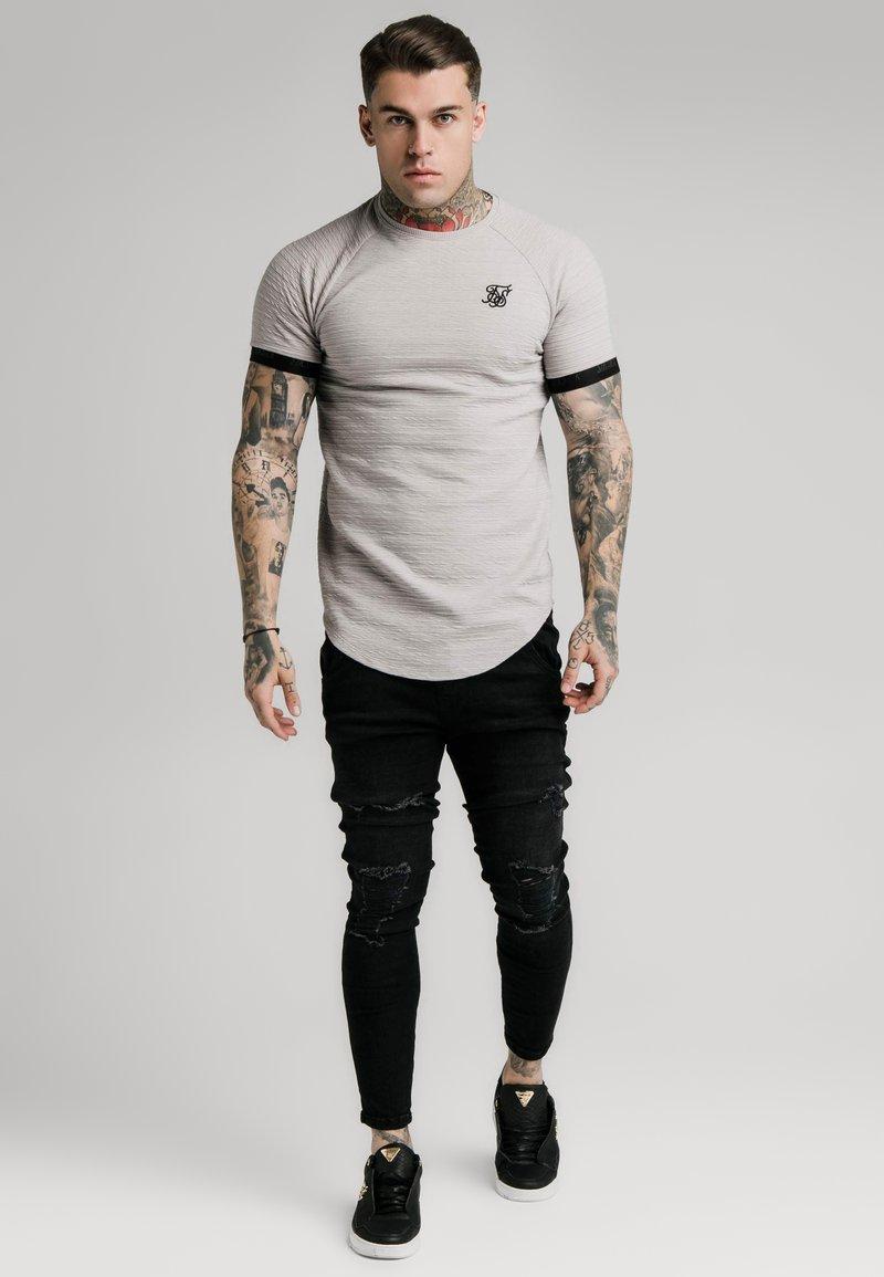 SIKSILK - RAGLAN TECH TEE - Print T-shirt - grey
