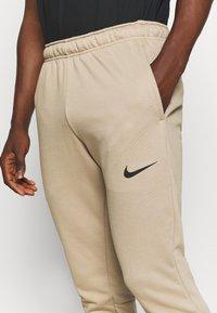 Nike Performance - PANT TAPER - Pantaloni sportivi - khaki/black - 5