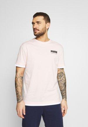 SUMMER COURT ELEVATED TEE - Print T-shirt - cloud pink