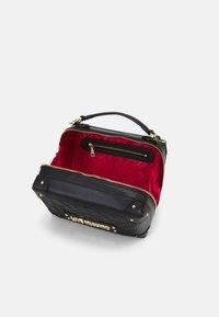 Love Moschino - TOP HANDLE CROSS BODY LUNCH BOX - Across body bag - nero - 3