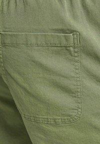 Jack & Jones - JJIJEFF JJJOGGER - Shorts - deep lichen green - 7