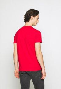 Tommy Jeans - TJM ESSENTIAL FRONT LOGO TEE - T-shirt z nadrukiem - deep crimson - 2