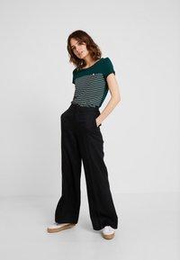 TOM TAILOR DENIM - PRINTED STRIPE TEE - T-shirt med print - green/rose - 1