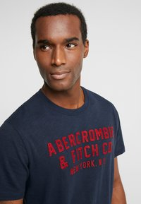 Abercrombie & Fitch - LEGACY APPLIQUE  - Printtipaita - navy - 4
