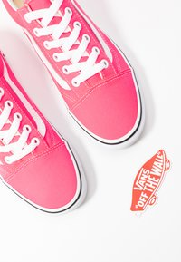 Vans - OLD SKOOL - Trainers - knockout pink/true white - 7