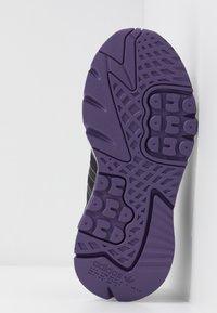 adidas Originals - NITE JOGGER  - Sneakersy niskie - tech purple/core black/grey five - 6