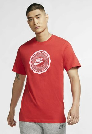 M NSW SS TEE BTS FUTURA - Print T-shirt - university red