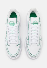adidas Originals - SUPERCOURT UNISEX - Trainers - footwear white/green - 3