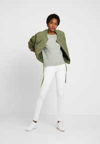 b.young - LOLA LUNI  - Slim fit jeans - optical white - 1