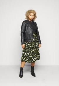 Selected Femme Curve - SLFNANNA CREW NECK TEE CURVE - Printtipaita - black - 1